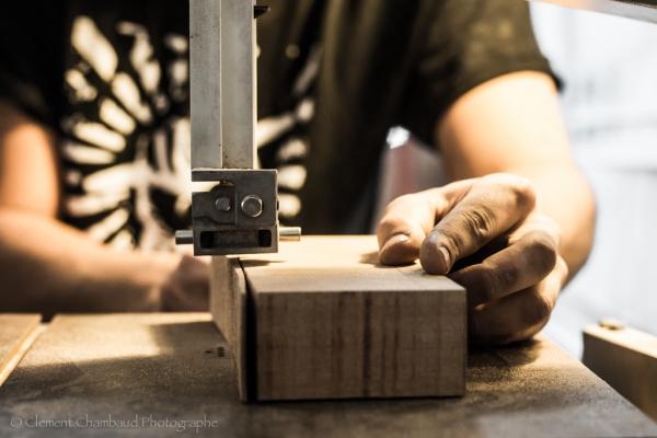 Le travail de ce bloc de bois ce fait coté par coté