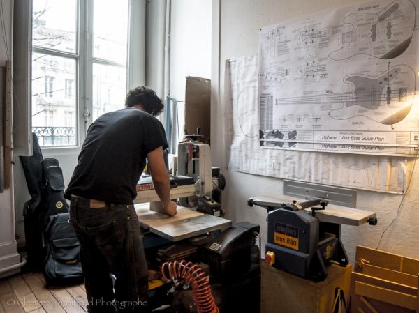 Toujours l'étape du ponçage, une longue étape, d'autant plus qu'il faudra la répéter sur tous les cotés du bloc. Vous pouvez voir au mur les plans d'une basse électrique.